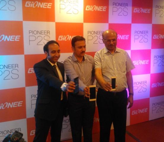 Arvind Vohra (center) launching new smart phone