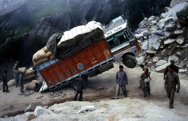 Photo Courtesy Wikipedia: Manali-Rohtang road