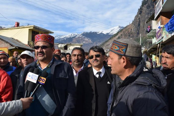 Rohtang roadside structures bulldozed, owners protest_3