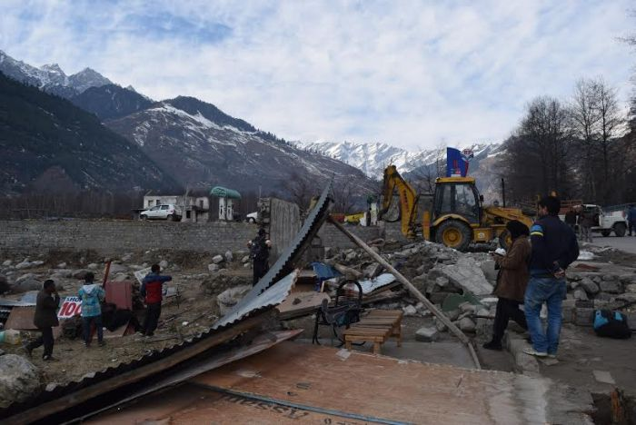 Rohtang roadside structures bulldozed, owners protest_4