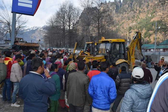 Rohtang roadside structures bulldozed, owners protest_7
