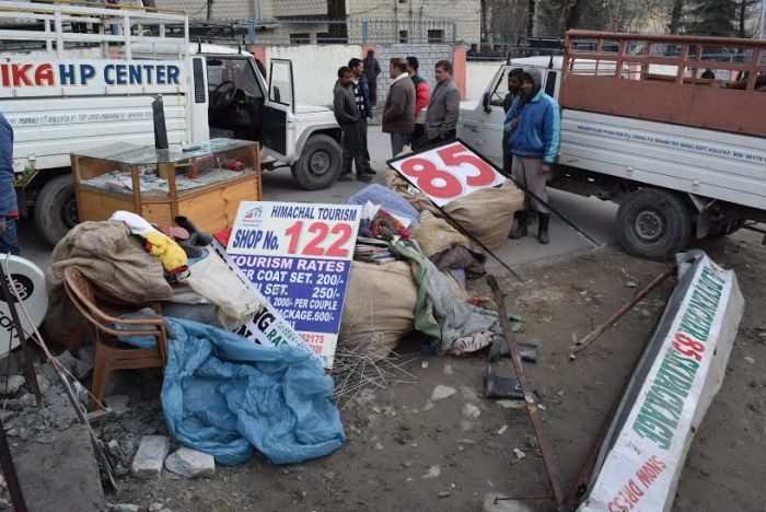 Rohtang roadside structures bulldozed, owners protest_8