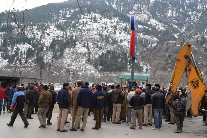 Rohtang roadside structures bulldozed, owners protest_9
