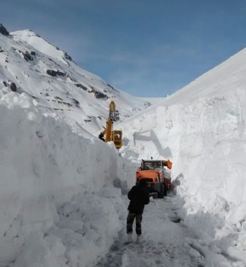 Border road engineers at work on road to Rohtang Pass