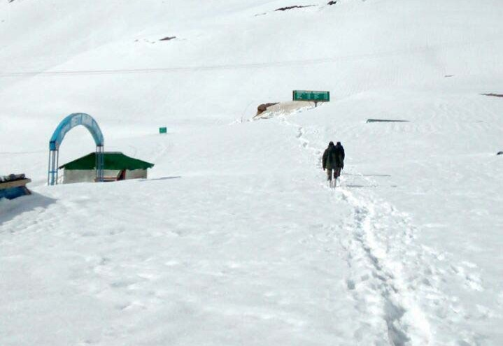 Trekkers make their way to the pass (Photo by Sanjay Datta)